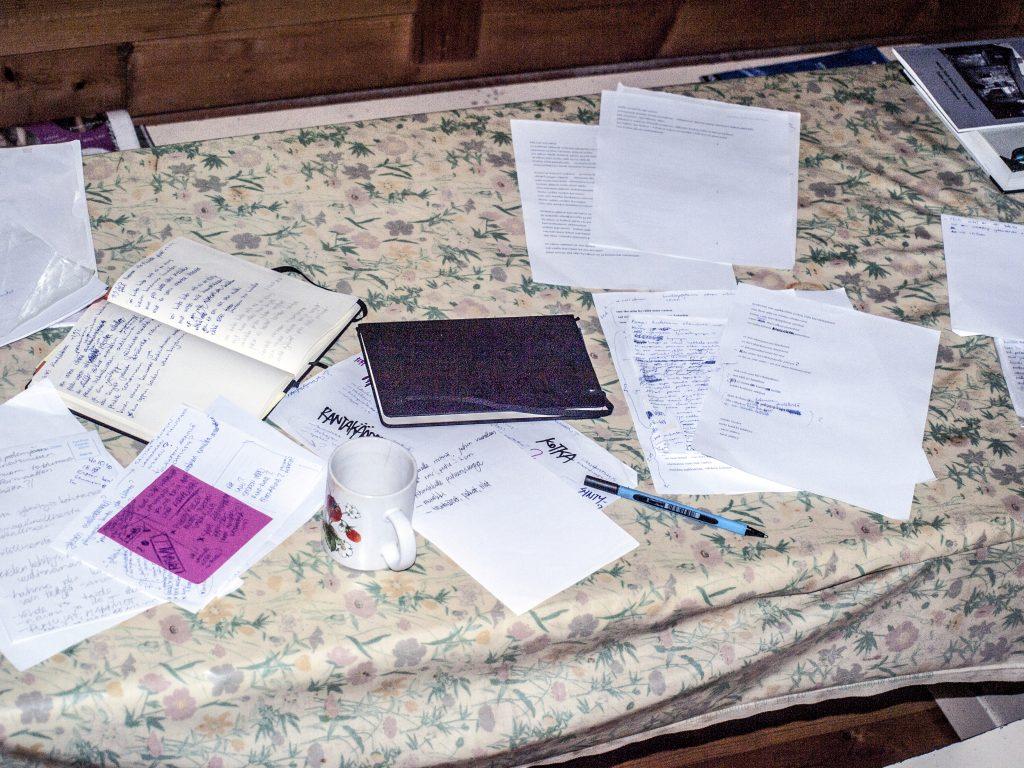Pöydällä sikin sokin papereita; runoja ja muistiinpanoja